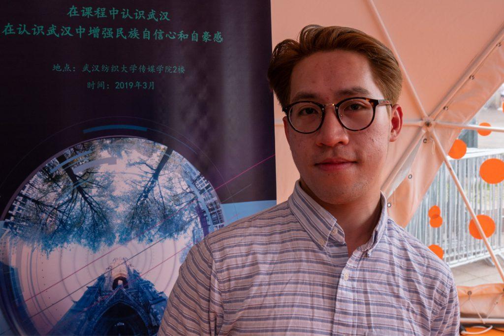 Ein HAW Student posiert vor der Kamera