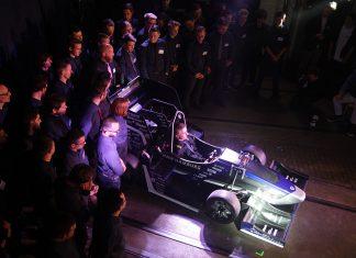 Das HAWKS Racing Team mit dem neuen Rennwagen.