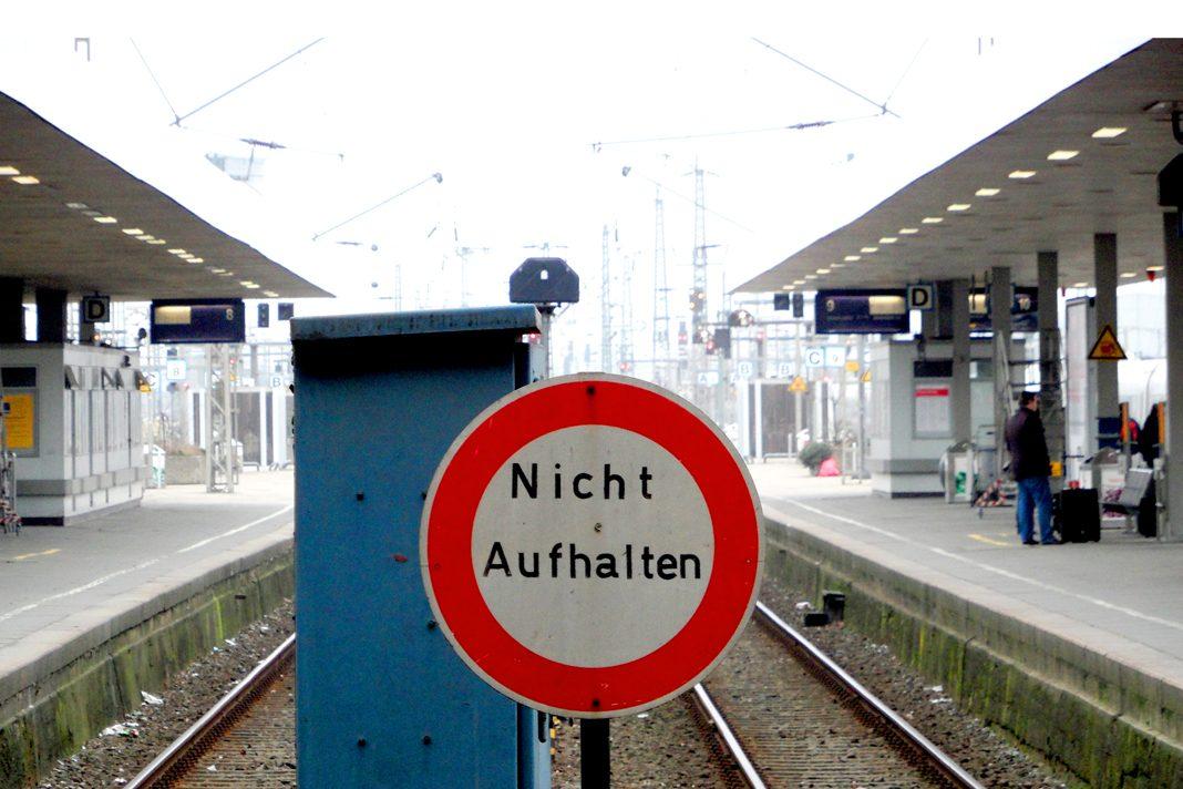 Nicht Aufhalten: Schild am Fernbahnsteig Altona.