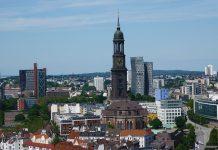 Hamburg von oben. Man sieht den Michel und die tanzenden Türme
