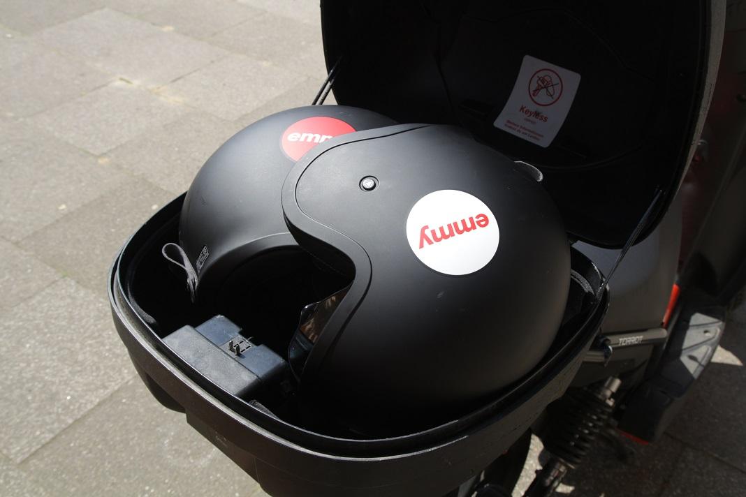Die zwei Helme mit Emmy Logo passen perfekt in die Helmbox des Rollers.