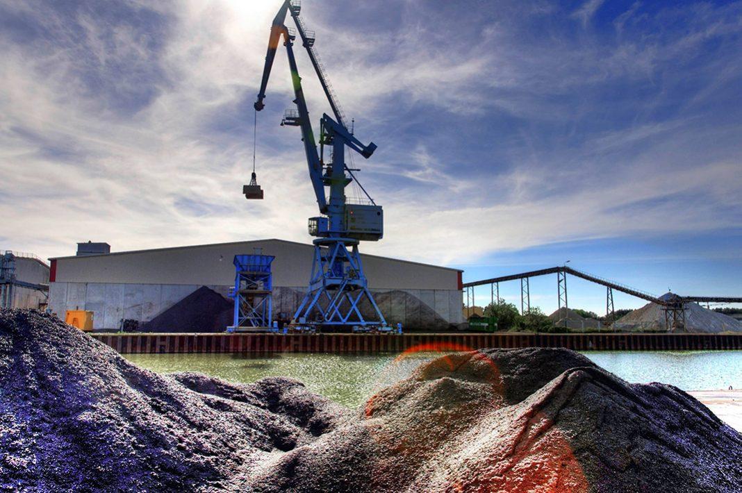 Ein Kohlekran lädt Kohle am Hafen um.
