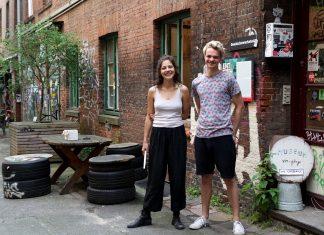 Lisa und Andreas stehen vor dem Eingang des Vor-Gänge Museums im Gängeviertel.