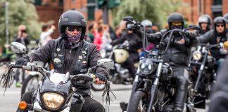Gruppe schwarzgekleideter Motorradfahrer