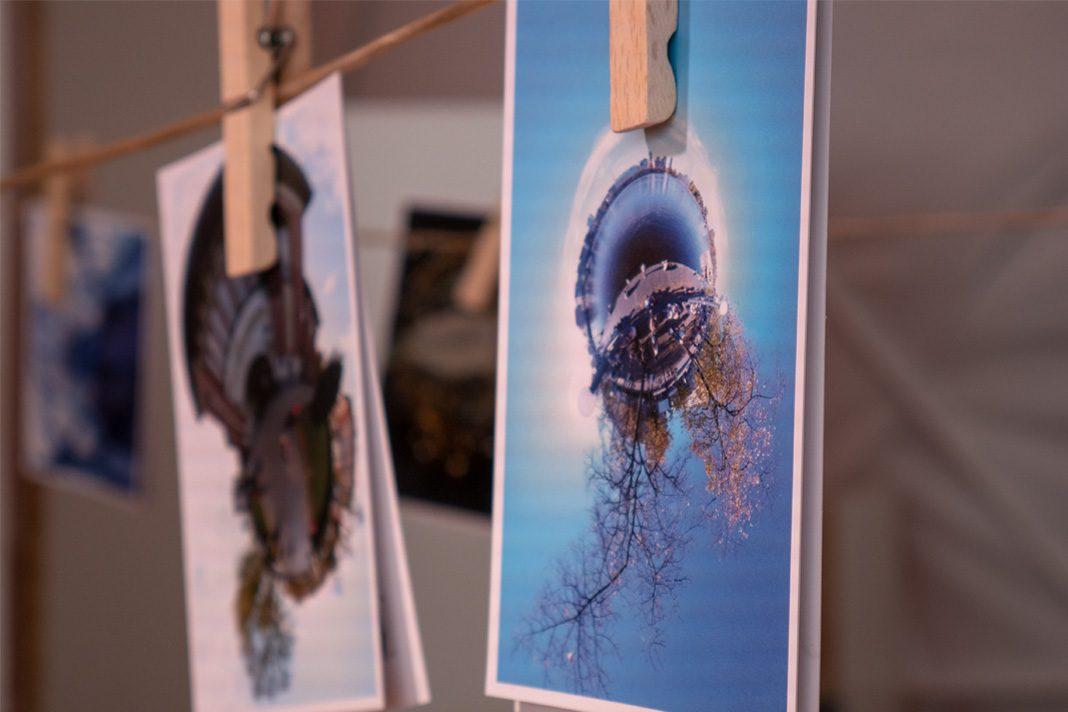 Postkarten an einer Wäscheleine
