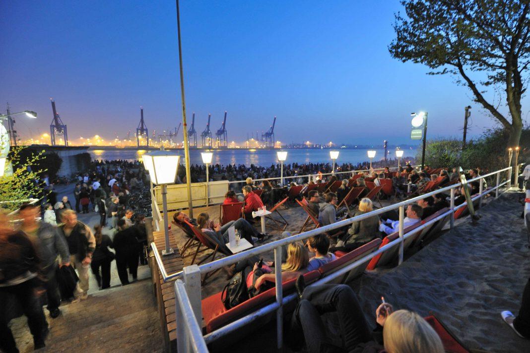 Menschen im Beachclum am Hamburger Hafen bei Nacht