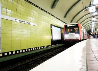 U-Bahn fährt in den Hauptbahnhof ein. Der Nahverkehr in Hamburg soll ausgebaut werden.