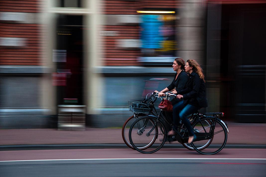 Zwei Frauen fahren nebeneinander Fahrrad.