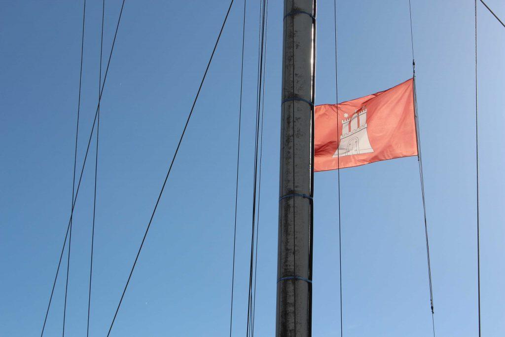 Hamburg-Flagge vor blauem Himmel