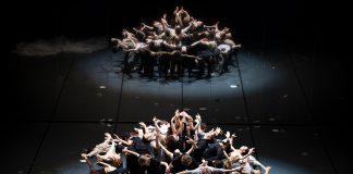 Menschen in einer Gruppe auf der Bühne der Hamburger Oper.