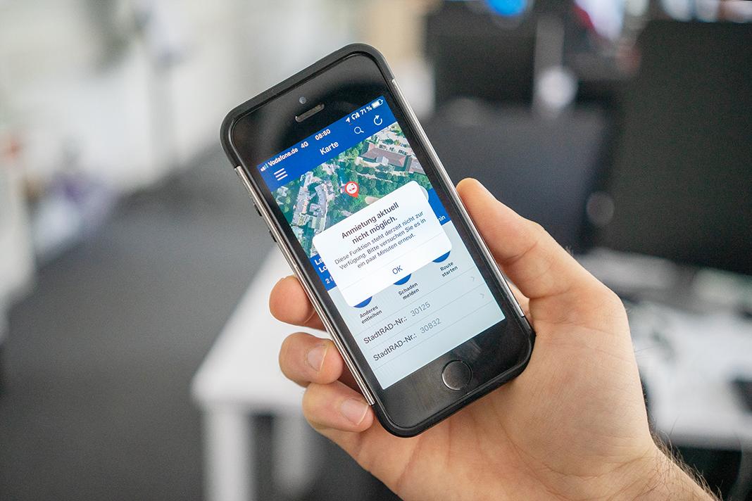"""Ein Smartphone mit der Stadtrad-App zeigt die Fehlermeldung an: """"Anmietung aktuell nicht möglich."""""""