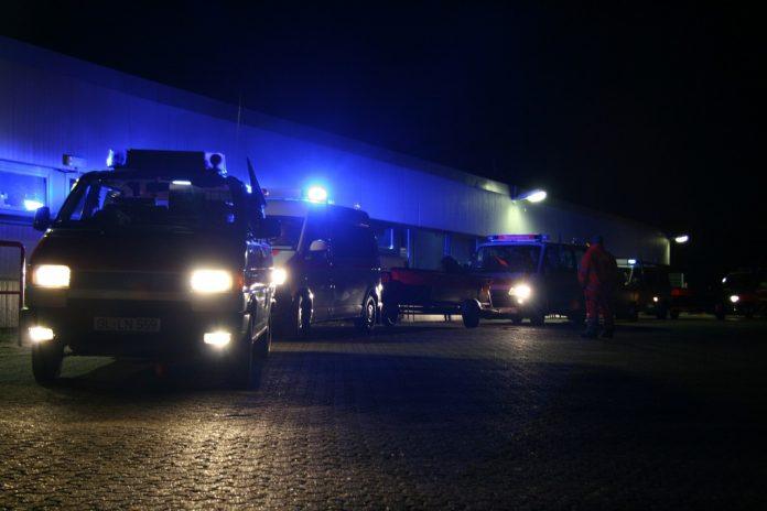Vier Feuerwehrautos bei Nacht