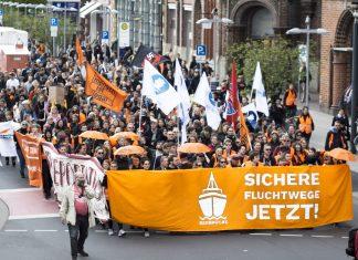 Menschen demonstrieren für sichere Fluchtwege