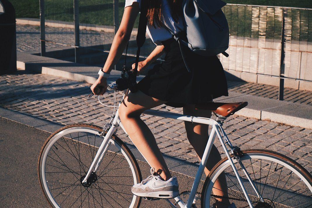 Eine frau fährt Fahrrad. Bei der internationalen Rangliste des Copenhagenize Index rutscht Hamburg auf Platz 20 ab.