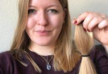 Anna Leena Wacker hält ihren abgeschnittenen Zopf in die Kamera.