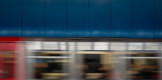 Hamburger Bahn fährt in U-Bahn Station ein