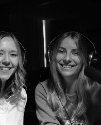 Laura und Kim beim Podcasting