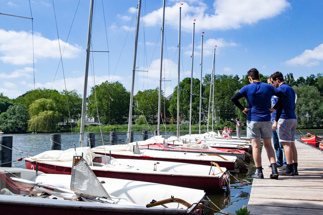Das Team inspiziert vor dem Start das zugeloste Boot.