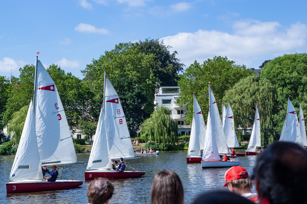 Die zehn Segelboote vor dem Start im Wasser aufgereiht.