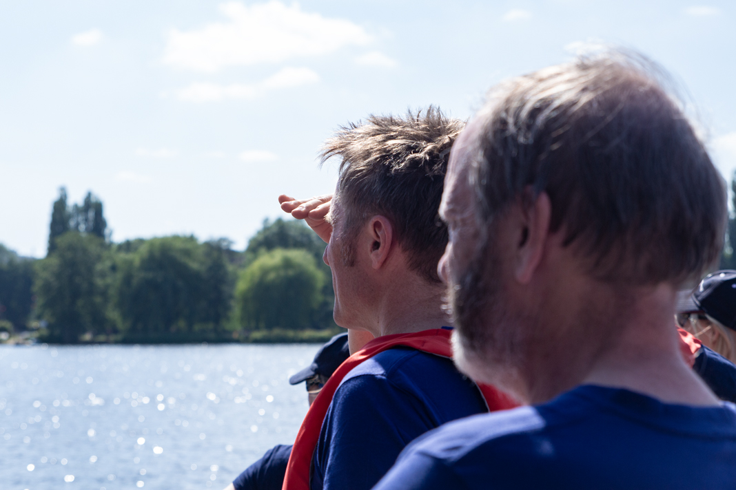Präsident Teuscher und Professor Maas beobachten ihre Teamkollegen auf dem Wasser.
