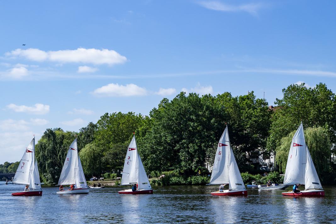Das Feld ist eng zusammen gerückt. Fünf Boote Segel an Segel.