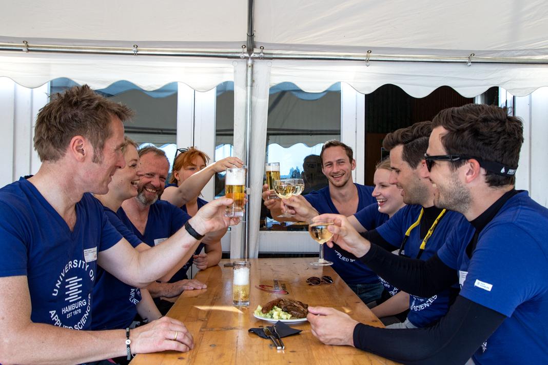 Das HAW-Team stößt mit Bier und Wein an.