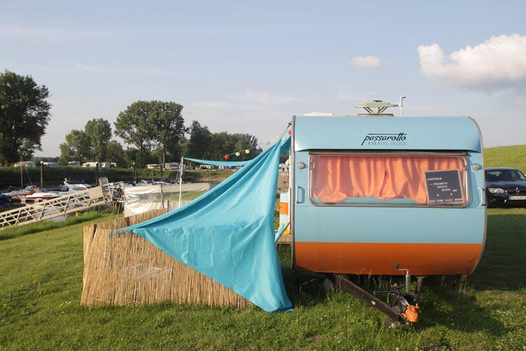 Der Wohnwagen mit Booten im Hintergrund