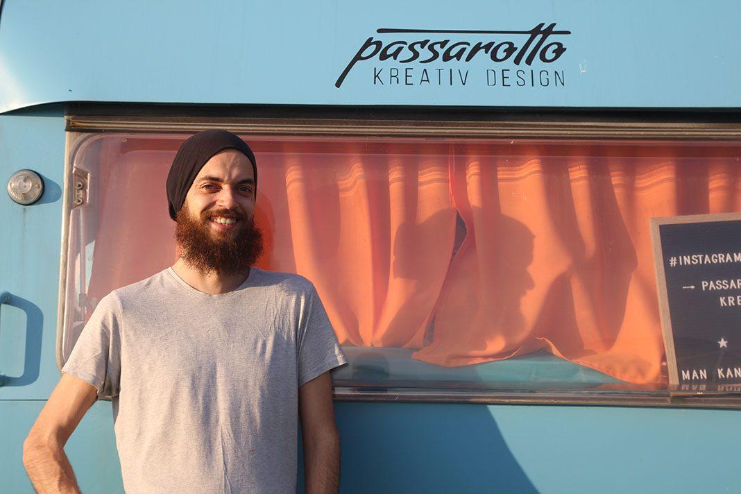 Roberto Passarotto vor seinem Wohnwagen