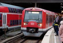 S-Bahn Linie S3 richtung Stade fährt im bahnhof ein.