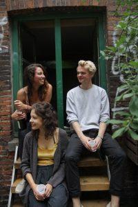 Ronja, Andreas und Lisa studieren an der HAW Hamburg und haben im Gängeviertel ihr erstes Musuem aufgebaut. Foto: Isabel Surges