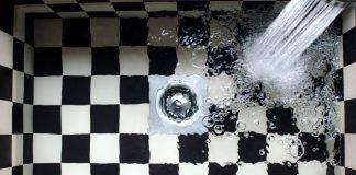 Wasser läuft aus einem Hahn in ein kariertes Becken. In Hamburg kommt das Trinkwasser aus den Wasserwerken von Hamburg Wasser.