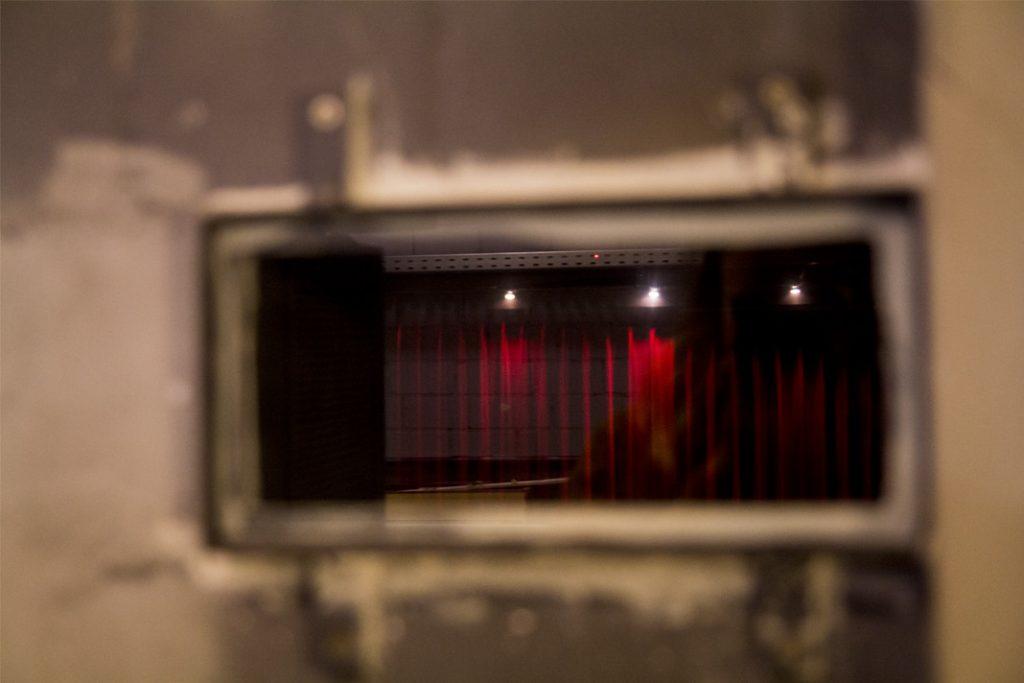 Schacht in der Wand, durch den das Licht des Projektors auf die Leinwand fällt.