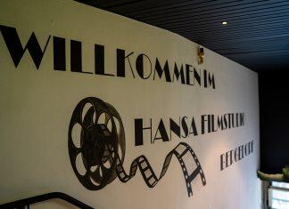 """Schriftzug """"Wilkommen im Hansa Filmstudio Bergedorf"""" an einer Wand."""