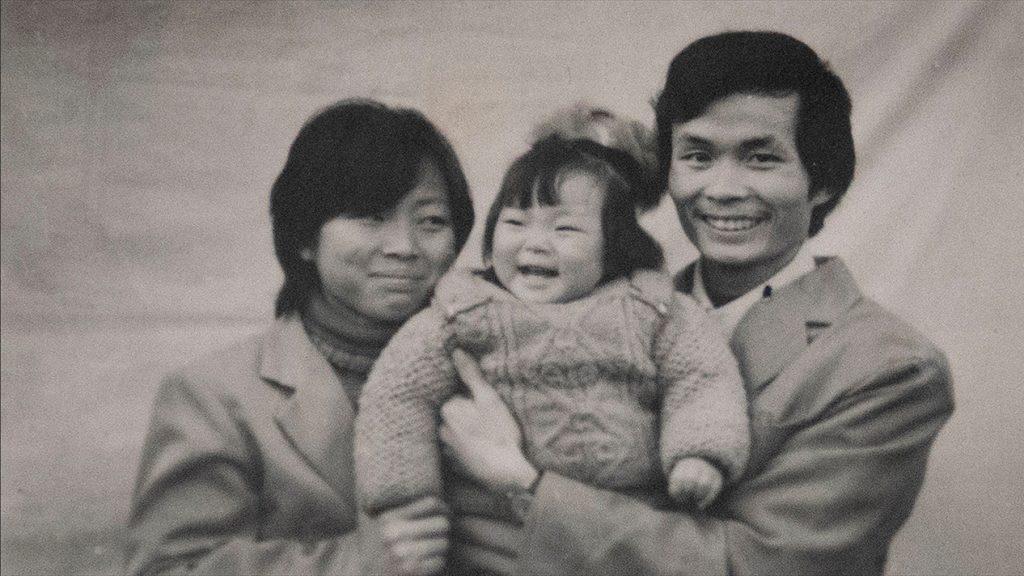 Nanfu Wang als kleines Mädchen in den Armen ihrer Eltern