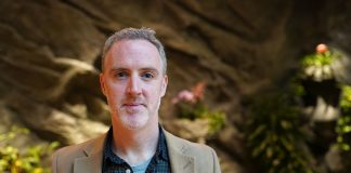 Regisseur Karl Golden vor verschiedenen Pflanzen im Hotel Grand Élysée