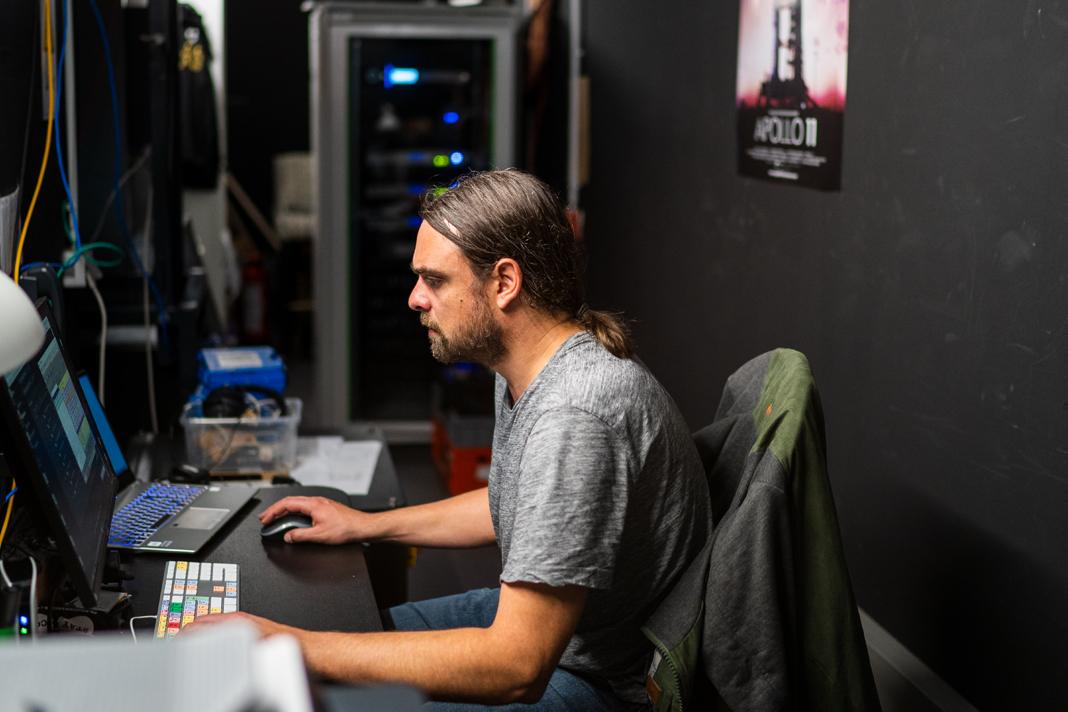 Stefan Fischer sitzt vor einem PC.