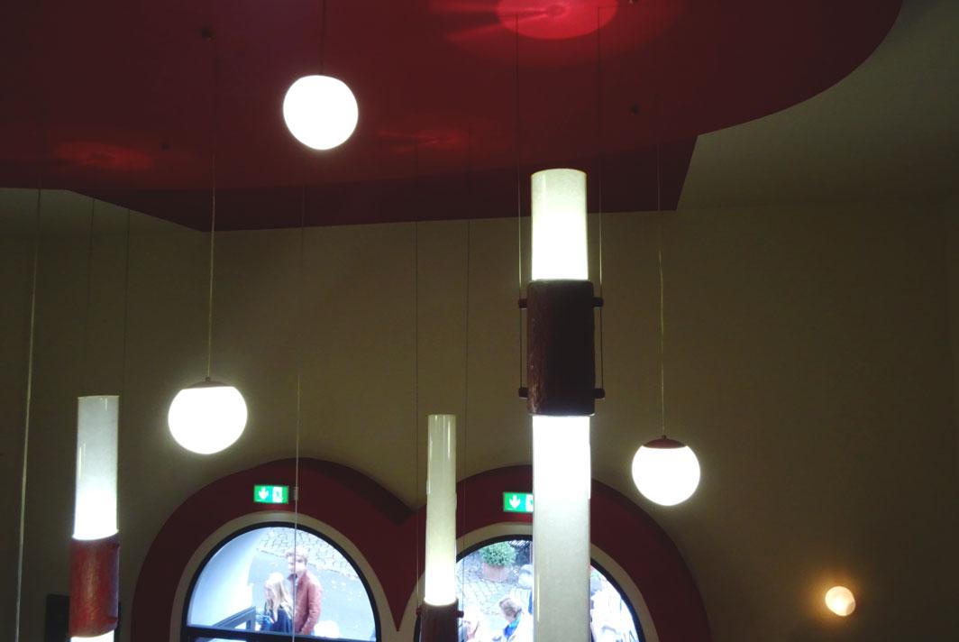 Kugelförmige Lampen hängen in verschiedenen Längen von den Decken.