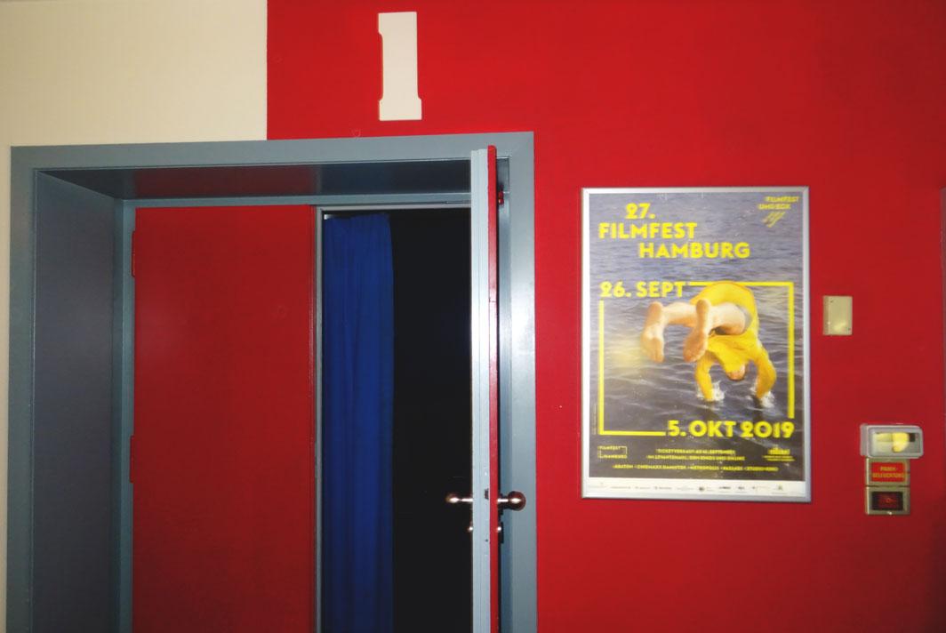 Filmfestplakat im Schaukasten vor Kinosaal 1.