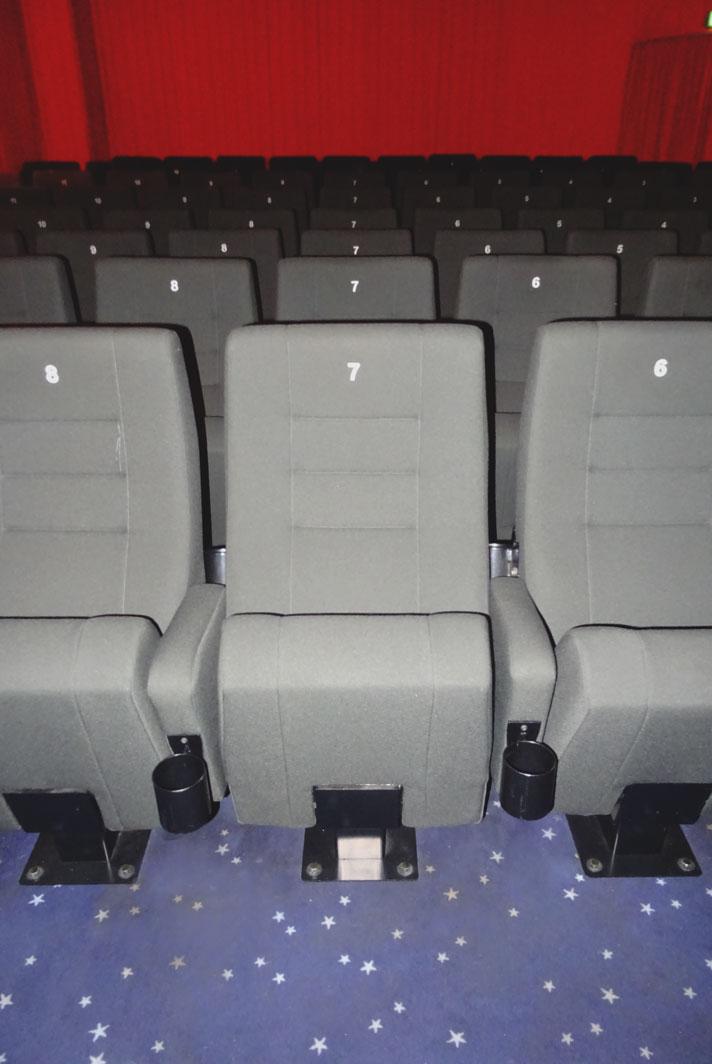 Die grauen Kinosessel in Kinosaal 2 im Detail.