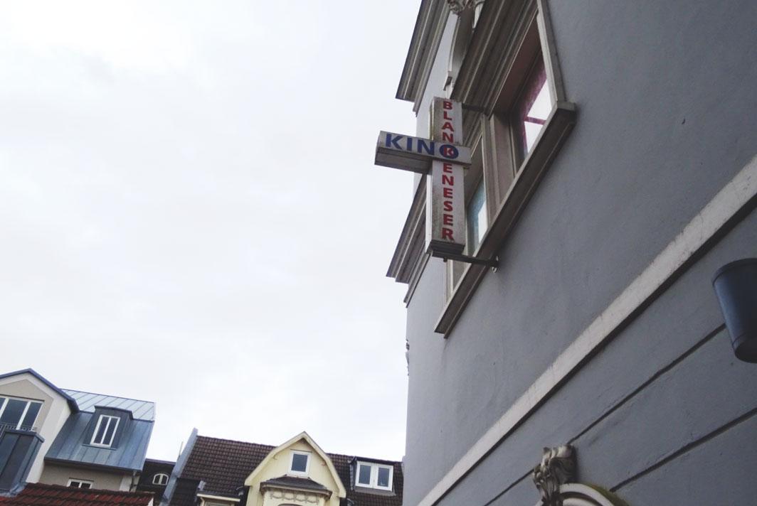 Die hellgraue Fassade des Blankeneser Kinos.