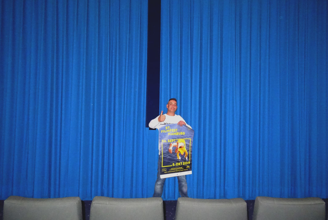 Thorsten Leibner steht im Kinosaal 1 vor dem blauen Vorhang.