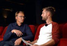 Redakteur Dustin Balsing sitzt mit Kino-Betreiber Christian Mattern im Kinosaal des Alabama.