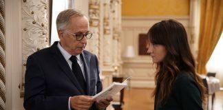 Ein alter Mann im Anzug und eine junge Frau stehen sich gegenüber. Szene aus Alice and the Mayor.