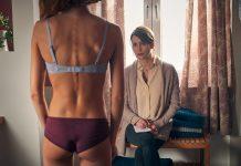Mutter Susanne sieht ihre magersüchtige Tochter Lara an.