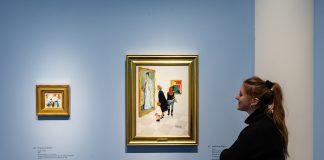 Frau vor Gemälde