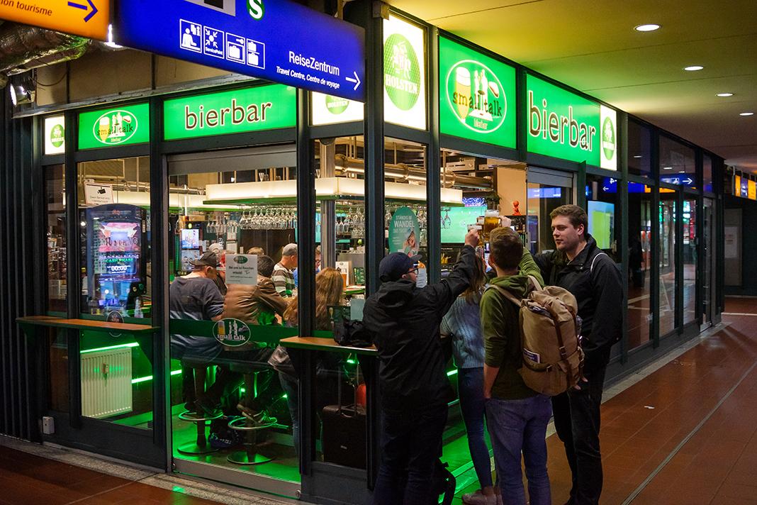 "Die Bierbar ""Smalltalk"" im Hamburger Hauptbahnhof. Foto: Max Nölke"