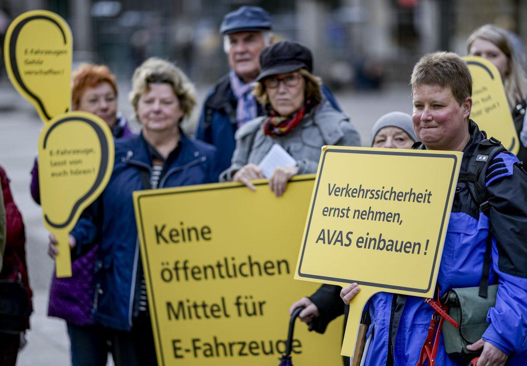 Mitglieder des Blinden- und Sehbehindertenvereins protestieren vor dem Rathaus
