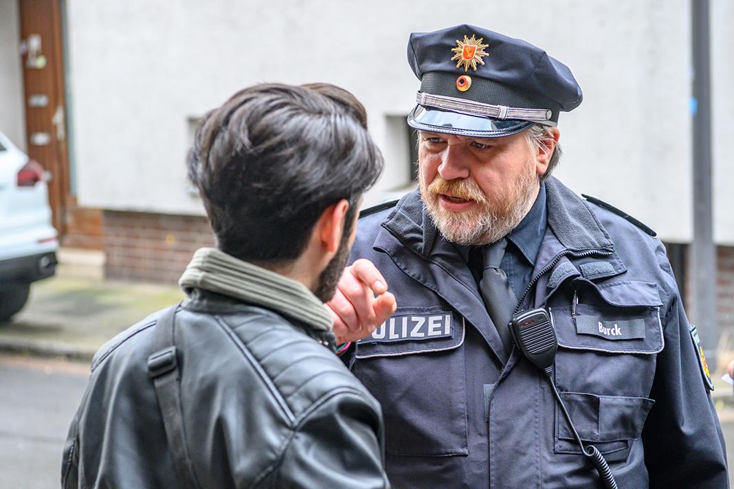 Ahmed Issa (Rauand Taleb) und Klaus Burck (Aljoscha Stadelmann) stehen sich gegenüber.