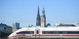 Ein ICE 4 kurz vor der Einfahrt in den Hamburger Hauptbahnhof von Dammtor kommend.