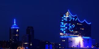 Hamburger Hafen leuchtet blau